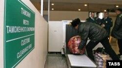 Досмотр багажа в московском аэропорту Домодедово