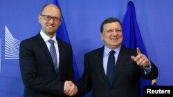 Еуропа комиссиясының президенті Жозе Мануэль Баррозу (оң жақта) мен Украина премьер-министрі Арсений Яценюк. Брюссель, 13 мамыр 2014 жыл.