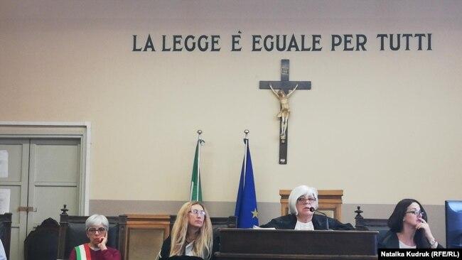Суд присяжних в Павії, Італія. В центрі суддя Аннамарія Гатто