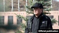 Президент Сооронбай Жээнбеков на субботнике в мемориальном комплексе «Ата-Бейит», 16 марта 2019 г.