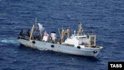 """Спасательное судно в акватории Охотского моря, где потерпел крушение траулер """"Дальний Восток"""", 2 апреля 2015 года"""