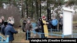 У вёсцы Сакалоўка асьвяцілі магілу забітых партызанамі мірных жыхароў