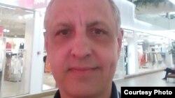 Человек без гражданства Абдрэшид Кушаев в одном из торговых центров города Тарту, Эстония. 18 июня 2020 года.