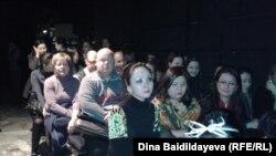 """Зрители, пришедшие на постановку """"Монологи Вагины"""". Алматы, 28 февраля 2013 года."""