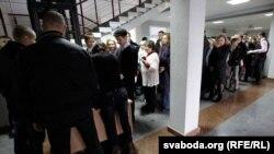 Чарга ў судовую залю на працэс Бяляцкага
