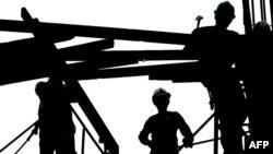 Рабочие на стройке. (Иллюстративное фото.)
