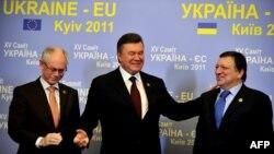 Украинскиот премиер Виктор Јанукович со претседателот на Европскиот совет Херман Ван Ромпуј и претседателот на ЕК Жозе Мануел Баросо.