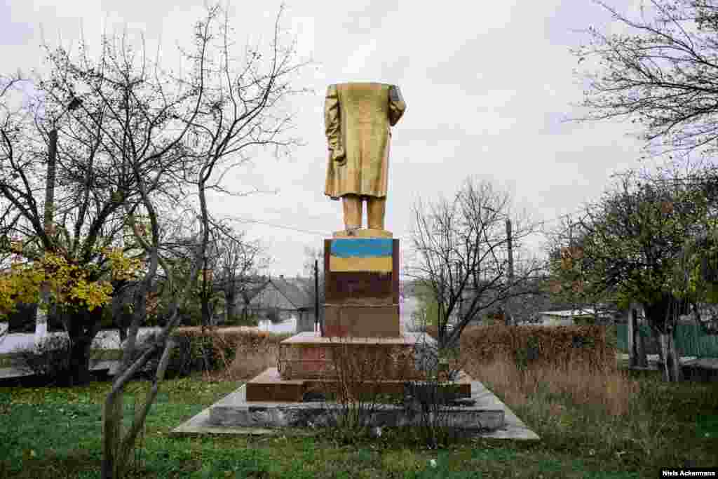 "A clipped Lenin monument in the Odesa region In their project, Ackermann and Gobert used the voices of the Ukrainians they encountered while hunting for Lenin. Ackermann told RFE/RL: ""It was important to show that there is not one opinion towards decommunization in Ukraine, there are 42 million."""