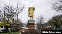 PHOTO GALLERY: Falling Down: The Last Lenins Of Ukraine