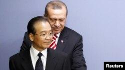 Кытайдын өкмөт башчысы Вен Жиабао жана Түркиянын өкмөт башчысы Режеп Тайып Эрдоган.