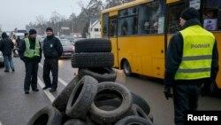 Учасники акції протесту на під'їздах до Києва заявляють, що хочуть привернути увагу влади до теми розмитнення автомобілів, придбаних за кордоном, 24 січня 2017 року