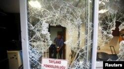 Стамбулдағы Тайланд консулдығының сынған терезесі. 109 ұйғырдың Қытайға депортацияланғаны туралы хабардан соң 9 шілдеде демонстранттар консулдыққа наразылық білдіріп келді.