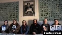 Чеченские женщины надеются отыскать исчезнувших родственников