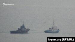 Судно берегової охорони Росії виводить захоплений буксир «Яни Капу» з порту окупованої Керчі, фото 17 листопада 2019 року
