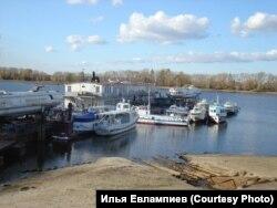 Октябрь-2009. Низкий уровень воды в Волге позволяет разглядеть канализационные трубы.