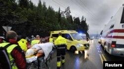 Ekipet shpëtuese mundohen të shpëtojnë të lënduarit e sulmit të së premtes.
