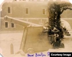 """Поручик Лахета с женой у """"Белого дворца"""". У входа в здание – крепостные орудия. Февраль 1922 г."""