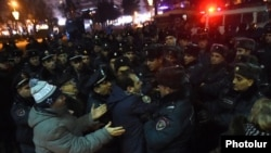 Полицейские задерживают участников протестов в Ереване, вспыхнувших после убийства армянской семьи в Гюмри. 15 января 2015 года.