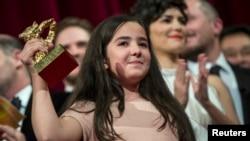 Иран режиссері Жафар Панахиге берілген бас жүлде марапаттау рәсіміне қатысқан оның жиені Хана Саедиге табыс етілді. Берлин, 14 ақпан 2015 жыл.