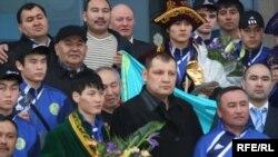Бокстан Азия чемпионатынан командалық есепте бірінші орынды иемденіп оралған Қазақстанның жастар құрамасын Алматы әуежайында жұртшылық өкілдері қошеметепен қарсы алды. 11 наурыз 2010 жыл.