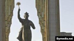 Памятник Исмоилу Сомони в городе Душанбе