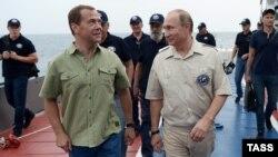Дмитрий Медведев и Владимир Путин гуляют по Севастополю, архивное фото