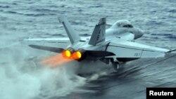 Un aparat F/A-18F Super Hornet decolînd de pe purtătorul de avioane USS Enterprise bazat în Marea Roșie