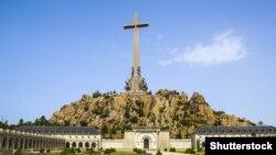 Могила диктатора розташована у Долині Полеглих, меморіальному комплексі неподалік від Мадрида