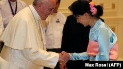 Папа римский Франциск и Аун Сан Су Чжи