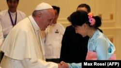 Rim papasy Fransis 28-nji noýabrda Birmanyň raýat lideri Aung San Suu Kyi bilen duşuşdy.