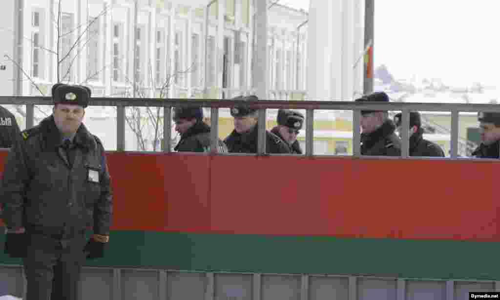 15 лютага, панядзелак - Супрацоўнікі міліцыі ахоўваюць будынак суда, дзе праходзіць працэс па справе Тэрэсы Собаль.