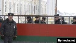Супрацоўнікі міліцыі ахоўваюць будынак суда, дзе праходзіць працэс па справе Тэрэсы Собаль
