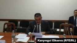Бишкек шаарынын мэри Албек Ибраимов шаардык кеңешке отчет берүүдө.