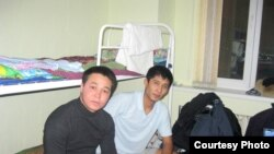 Азаттық тілшісі (сол жақта) қонақ үй тұрғыны Бақыт Сәрсеновпен бірге. Астана, 10 қаңтар 2013 жыл.