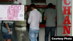With the manat seemingly in free fall, Azerbaijan has experienced a surge in demand for foreign currency. (file photo)