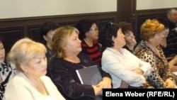 Женщины, пришедшие на встречу с депутатами парламента по вопросу обсуждения пенсионного возраста. Темиртау, 9 апреля 2013 года.