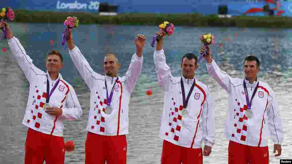 Hrvatski veslački četverac Martin Sinković, Damir Martin, Valent Sinković i David Šain na dodjeli medalja, 3. kolovoz 2012.