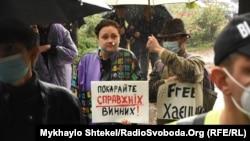 Активісти біля будівлі суду в Одесі