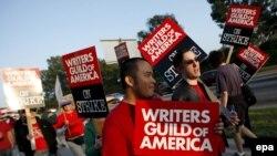 Тысячи сценаристов кино и телевидения в США организовали забастовочные пикеты