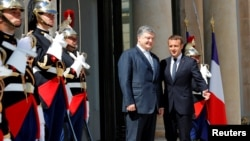 Петро Порошенко та Емманюель Макрон у Єлисейському палаці. Париж, 26 червня 2017 року