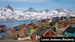 Поселение на фоне гор на острове Гренландия.