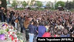Поклонники певца Батырхана Шукенова в Алматы почтили его память цветами и исполнением его песен в центре города. 29 апреля 2015 года.