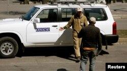 Наблюдатели ОБСЕ в Луганске пока остаются на свободе