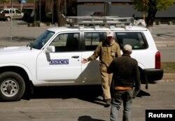 Машина наблюдателей ОБСЕ в Луганске