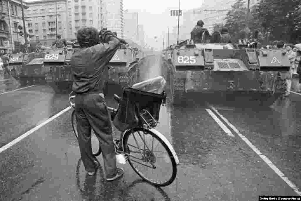 Tanks are deployed on Kalinin Prospect in central Moscow during the abortive putsch against Soviet President Mikhail Gorbachev on August 19, 1991.