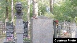 Могила Александра Маринеско на Богословском кладбище Петербурга