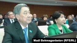 Парламент мәжілісінің төрағасы болып сайланған Бақтықожа Ізмұхамбетов (сол жақта). Астана, 25 наурыз 2016 жыл.
