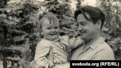 Анатоль Грыцкевіч з сынам Пятром. Здымак 1961 году