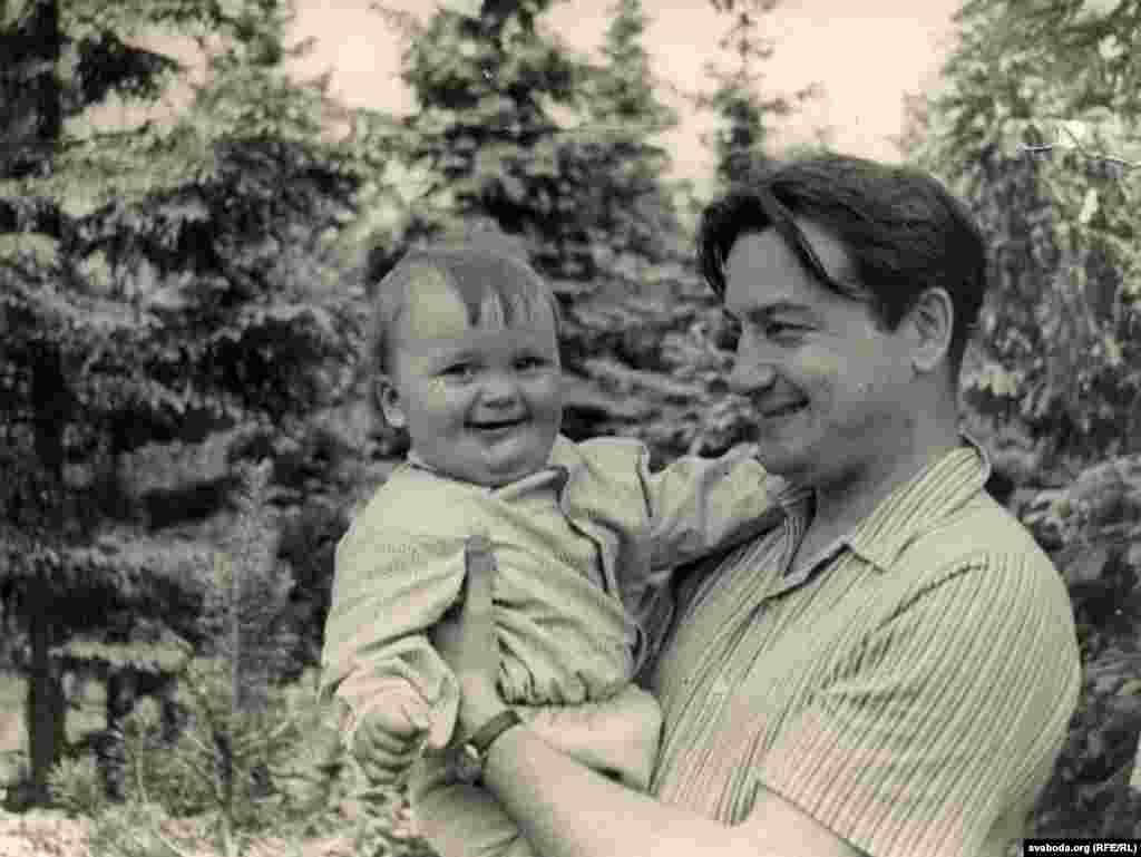 Анатоль Грыцкевіч з сынам Пятром. 1961 г.