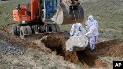 آرشیف، دفن جسد فردیکه در اثر بیماری کرونا در هرات جان باخته است